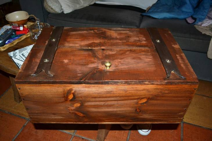 Coffre en caisse de vin en bois guide astuces - Caisse a vin bois ...