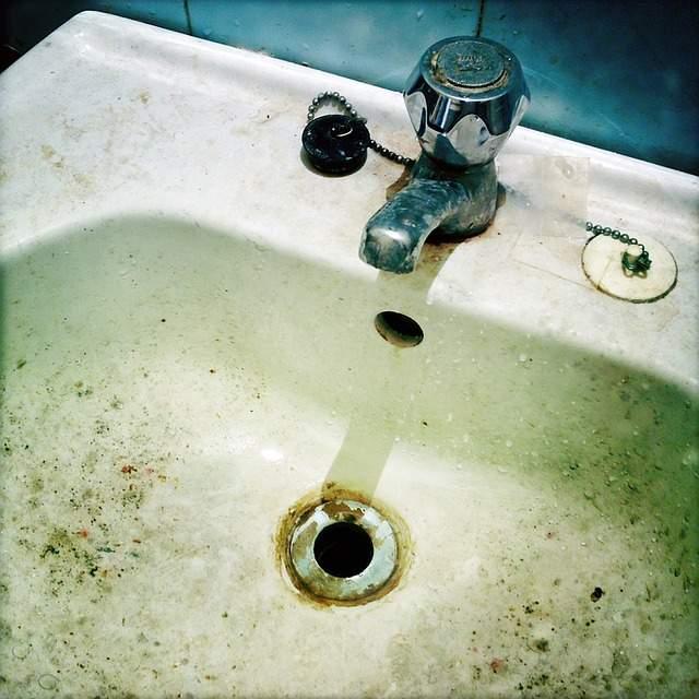 Astuces pour en finir avec les mauvaises odeurs dans la - Mauvaise odeur dans canalisation salle de bain ...