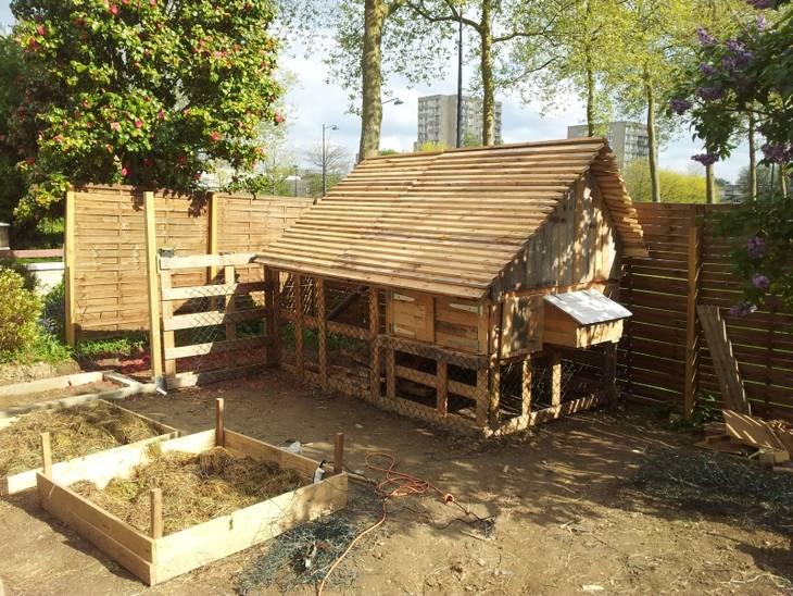Poulailler urbain en palettes de r cup ration guide astuces - Construire cabane jardin tours ...