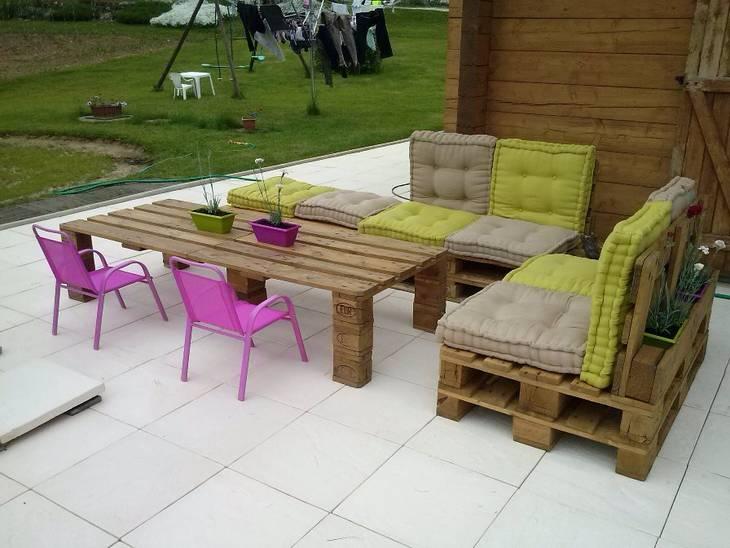 Salon de jardin en palettes guide astuces - Comment faire un meuble en palette ...