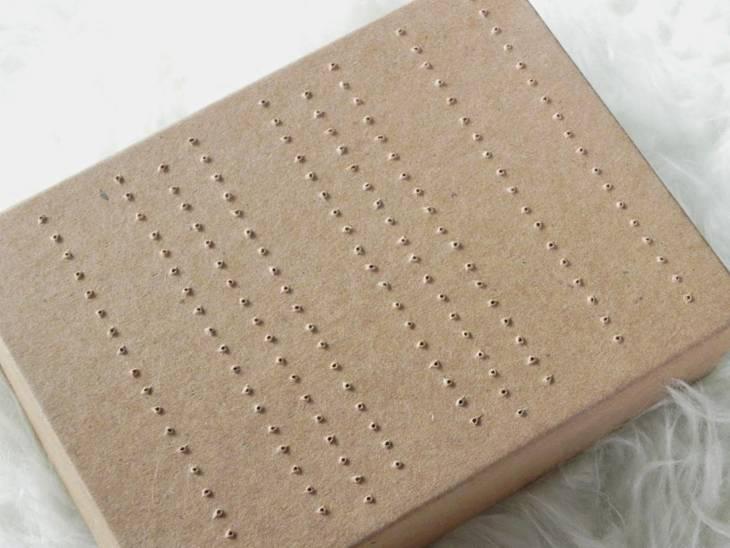 rangement pour boucles d oreilles partir d 39 une bo te en carton guide astuces. Black Bedroom Furniture Sets. Home Design Ideas