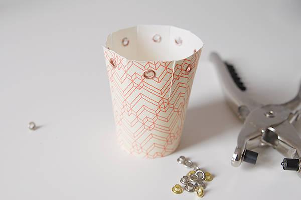 emballage cadeau avec des gobelets en carton guide astuces. Black Bedroom Furniture Sets. Home Design Ideas