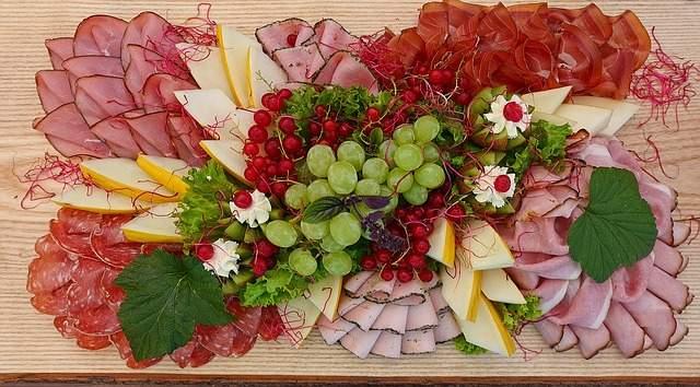 beau plateau de charcuterie avec des fruits présenter un plateau de charcuterie