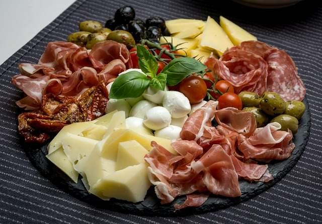 composer un plateau de charcuterie avec du fromage des olives et des légumes composer un plateau de charcuterie