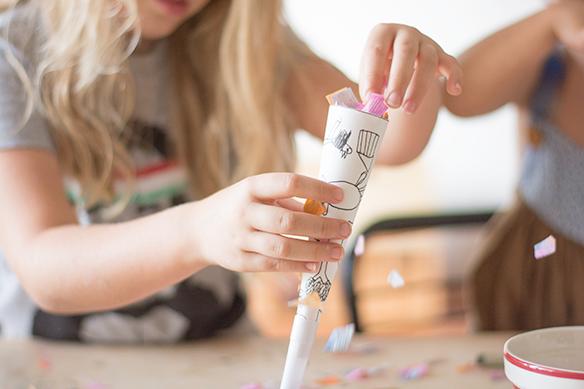 0418059c5d0 remplir les cônes avec des confettis pour fabriquer des canons à confettis