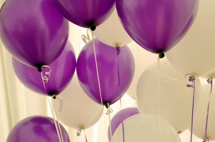 Des ballons de baudruche au plafond sans colle ni h lium guide astuces - Faire tenir des ballons en l air sans helium ...