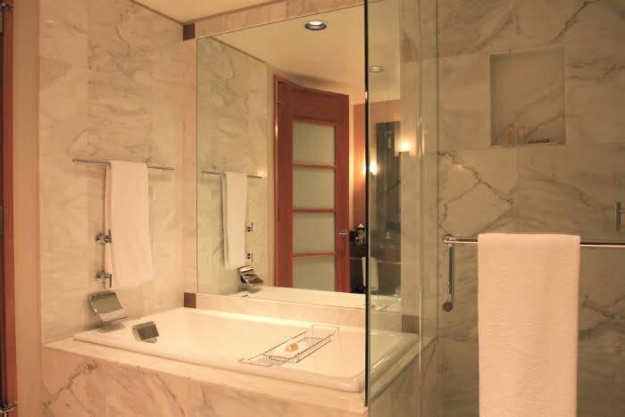 Emp cher la formation de bu e sur le miroir de la salle de for Enlever humidite salle de bain