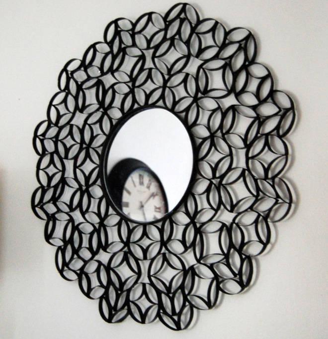 Miroir avec des rouleaux de papier toilette