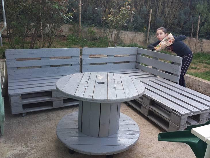Banc en palettes et table en touret guide astuces for Table en palette pour jardin