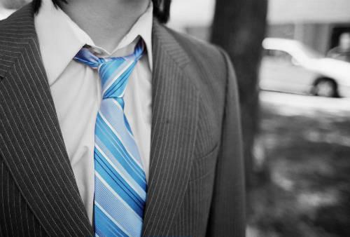D froisser une cravate sans fer repasser guide astuces - Repasser une chemise sans fer ...