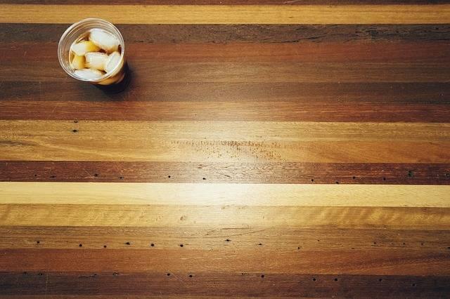 enlever une tache blanche d 39 eau sur le bois guide astuces. Black Bedroom Furniture Sets. Home Design Ideas