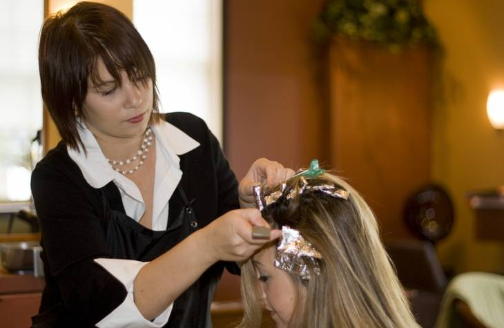 Enlever teinture cheveux sur front