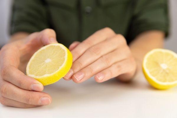 Frotter les ongles avec du citron