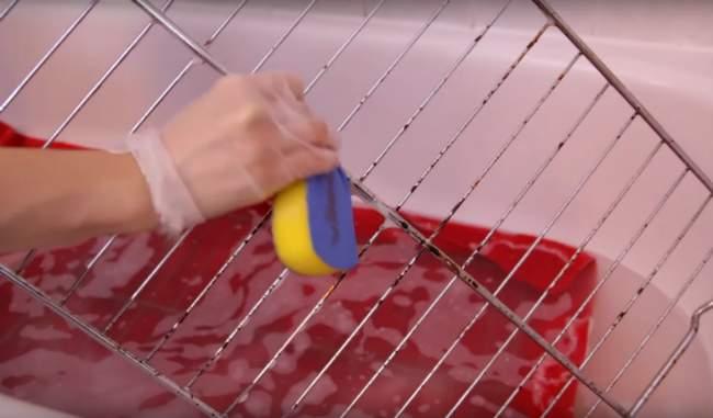 Nettoyer les grilles du four sans efforts guide astuces - Nettoyer four tres sale ...