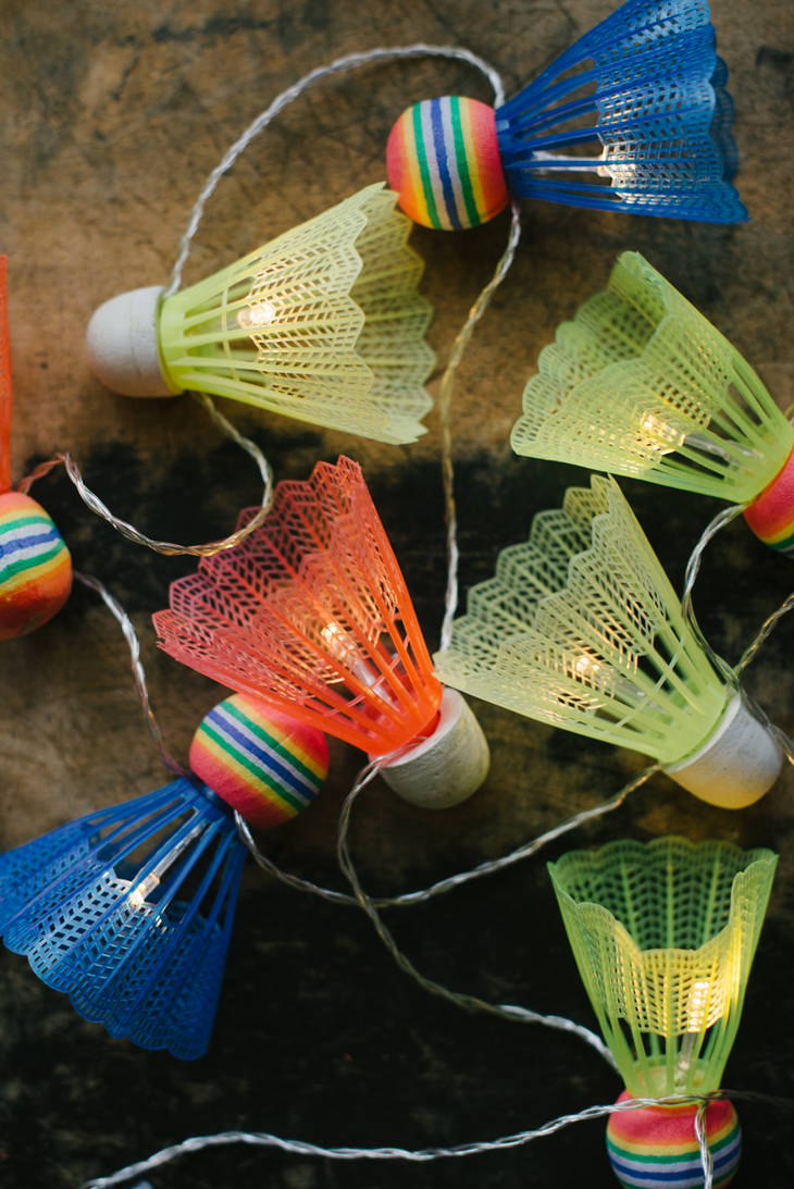 Guirlande lumineuse avec des volants de badminton guide - Fabriquer une guirlande lumineuse ...