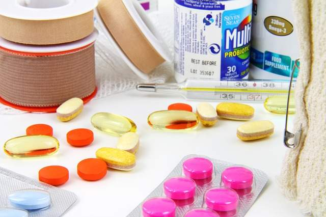 comprimés médicaments vitamines bandages thermomètre