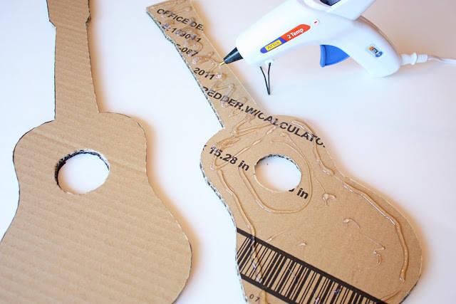 guitare en carton