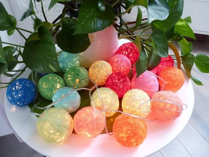 Guirlande lumineuse en boules de laine - Guirlande boule de couleur ...