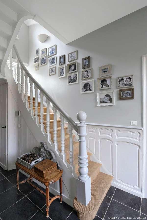 Installer un mur de cadres dans l'escalier