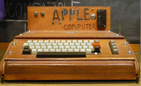 Apple assemble et vend son premier micro-ordinateur en 1975