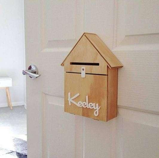 Une petite boîte aux lettres sur la porte de votre enfant pour y laisser des surprises