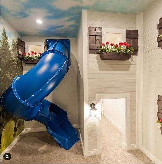 Un toboggan pour glisser de la chambre à la salle de jeux