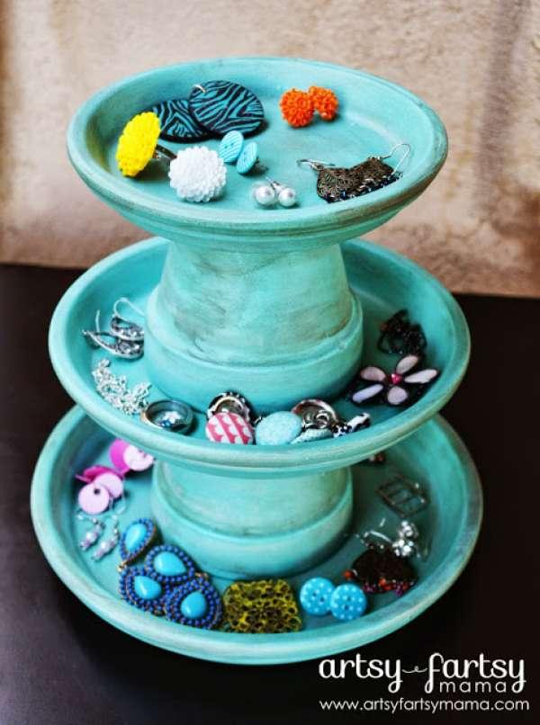 Présentoir à bijoux avec des pots et leurs soucoupes en terre cuite