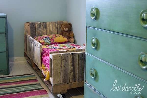 14 lits en palettes diy qui vous feront craquer guide astuces. Black Bedroom Furniture Sets. Home Design Ideas