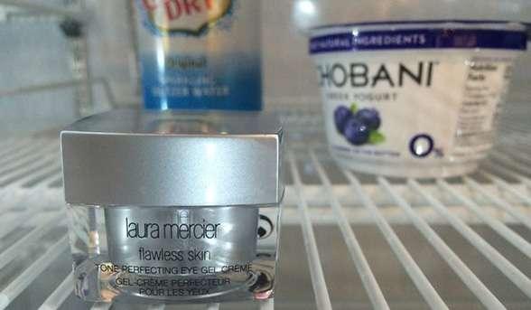 Gardez vos crèmes hydratantes pour le contour des yeux au frigo