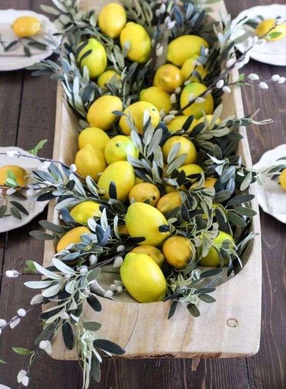 Un joli décor frais et coloré fait de citrons et des branches et feuilles d'olivier