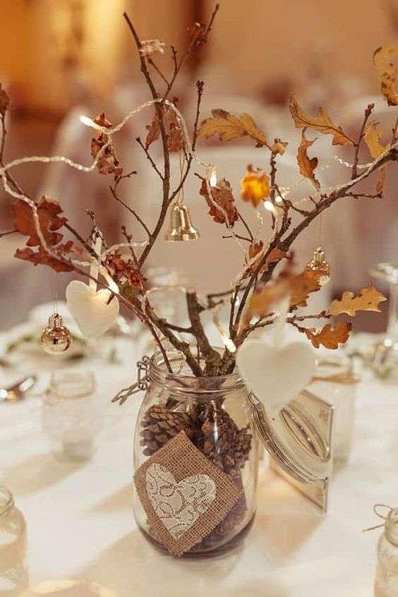 Cette belle pièce de table faite de branches et feuilles d'automne conservées
