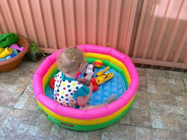 Nettoyer la piscine des enfants