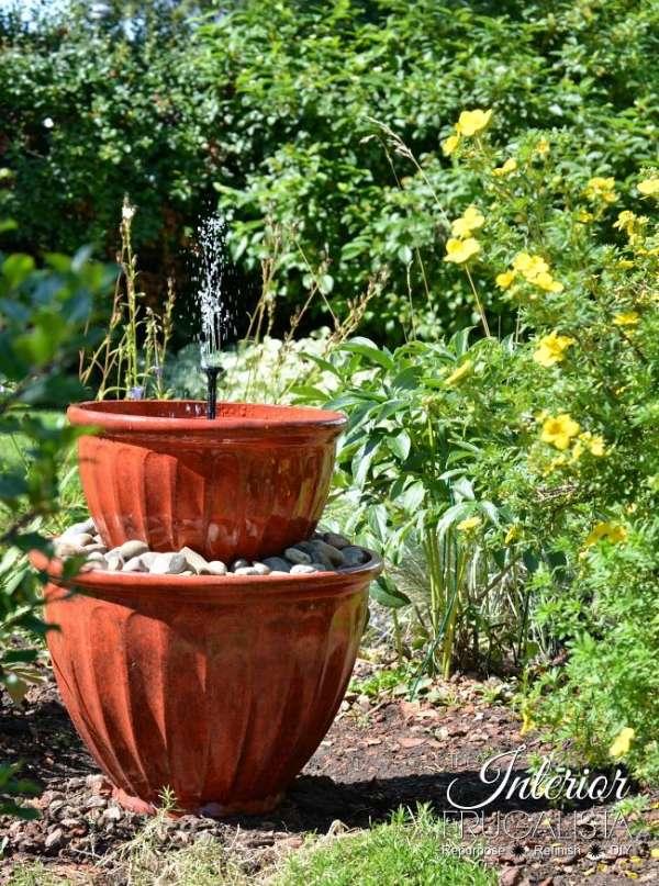 Fontaine d'eau en pots de fleurs